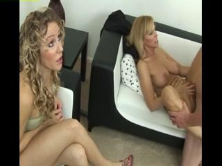 Мама учит дочь сосать член своему парню в разных позах на диване дома  онлайн hd