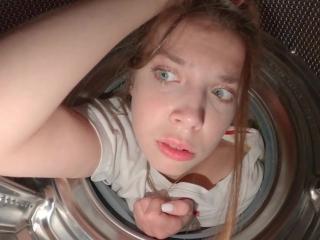 Русская девушка в сперме после секса с парнем дома на диване