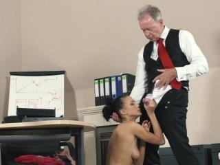 Дедушка трахает внучку в жопу, пока жены нет дома с любовником  смотреть онлайн!