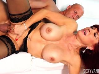 Сексуальная блондинка с большими сиськами трахается со своим любовником