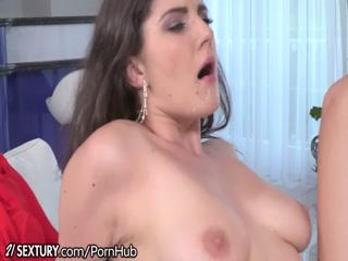 Секс зрелых женщин в чулках на кровати дома со своими любовниками