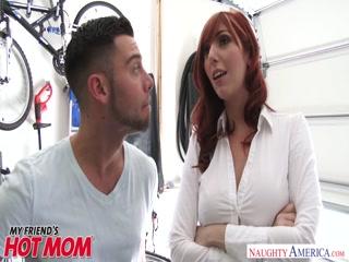 Сексуальная мамаша трахается с молодым парнем на кастинге, чтобы получить