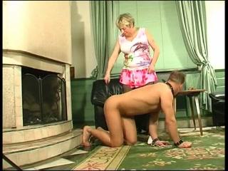 Парень трахает зрелую толстую блондинку в пизду на диване дома, пока она
