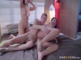 Секс видео о том как мужик трахает