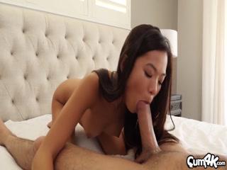 Порно видео с молодыми девушками и парнями дома на диване в гостиной комнате, что любят трахать
