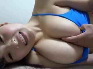 Азиатская девушка сосет и трахается на кровати со своим другом-студентом