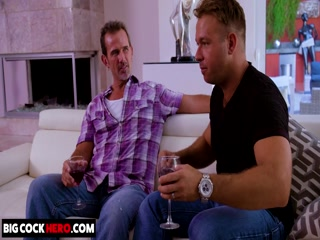 Секс зрелой женщины и молодого парня на диване дома у ее мужа-рогоносца