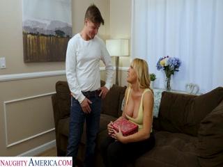 Секс с русской зрелой женщиной и молодым парнем дома на диване