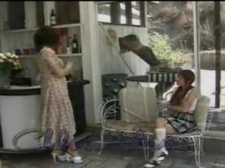 Мама трахает дочь на кухне, а мужчина наблюдает за ними со стороны дома