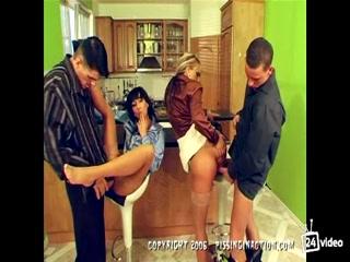 Мужики трахают зрелых женщин и кончают им прямо во влагалище