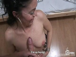 Групповуха зрелых женщин и молодых парней - ретро порно